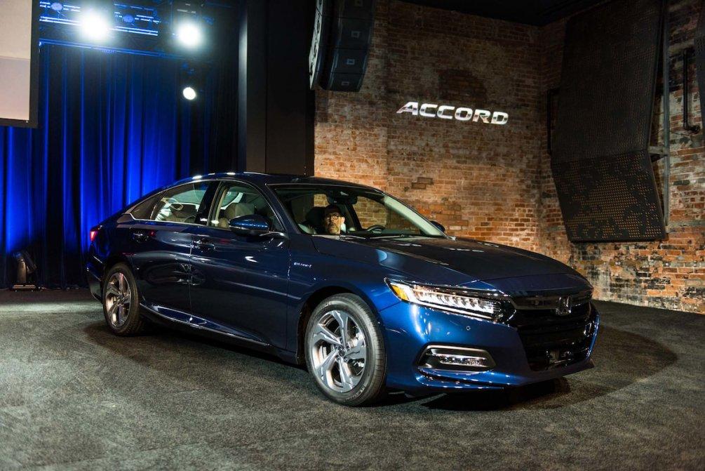 جدال سامورایی های 2018: هوندا آکورد در برابر تویوتا کمری carera.ir 2018 Honda Accord Hybrid front three quarter 02 compressed