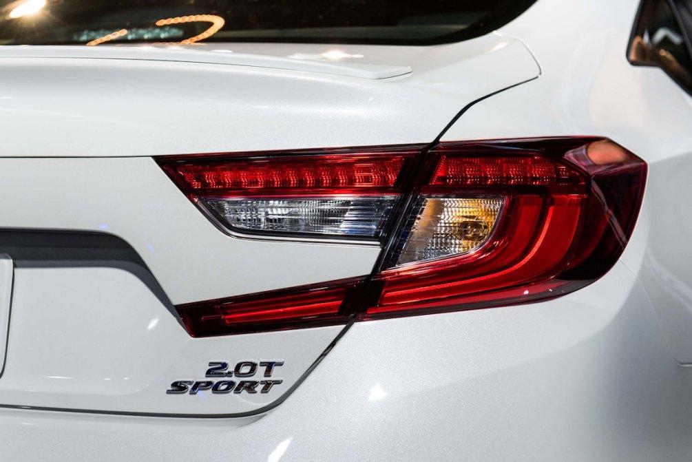 جدال سامورایی های 2018: هوندا آکورد در برابر تویوتا کمری carera.ir 2018 Honda Accord Sport taillight compressed