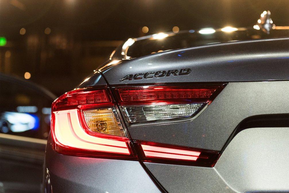 جدال سامورایی های 2018: هوندا آکورد در برابر تویوتا کمری carera.ir 2018 Honda Accord Touring brake light compressed