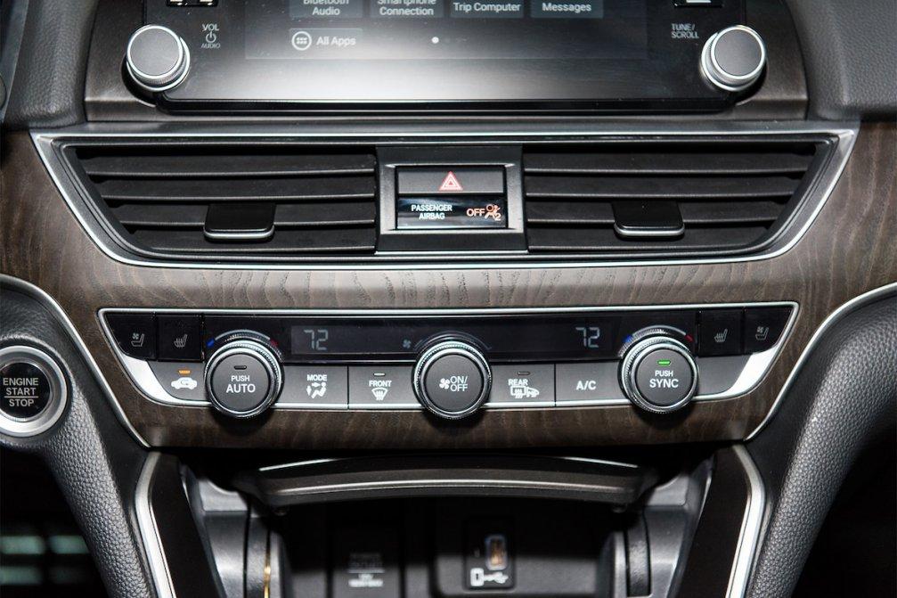 جدال سامورایی های 2018: هوندا آکورد در برابر تویوتا کمری carera.ir 2018 Honda Accord Touring climate control 01 compressed