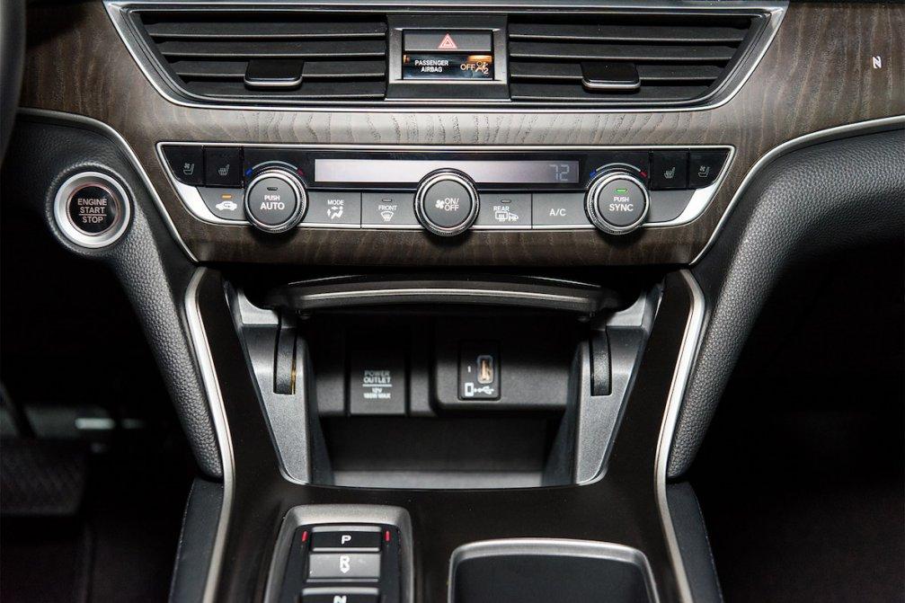 جدال سامورایی های 2018: هوندا آکورد در برابر تویوتا کمری carera.ir 2018 Honda Accord Touring climate control 02 compressed