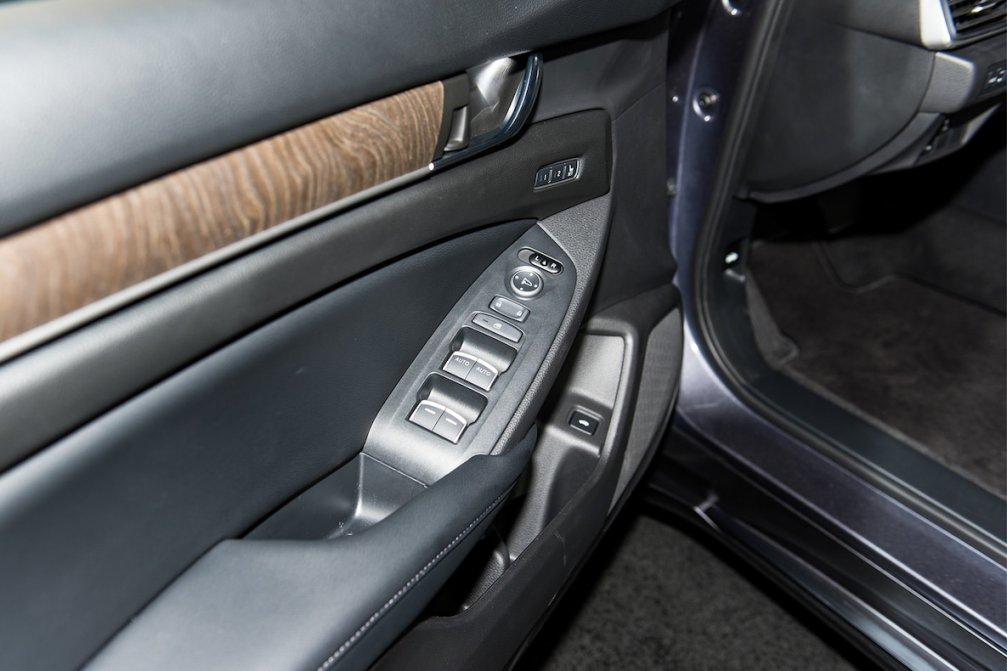 جدال سامورایی های 2018: هوندا آکورد در برابر تویوتا کمری carera.ir 2018 Honda Accord Touring interior door trim compressed
