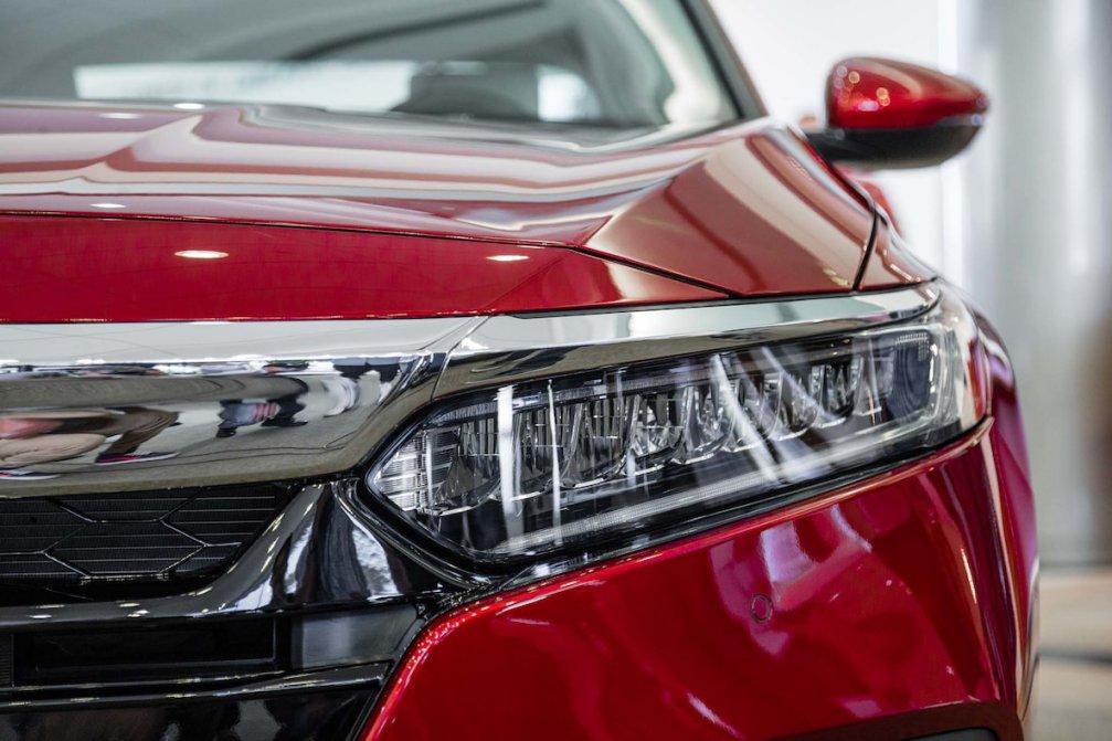 جدال سامورایی های 2018: هوندا آکورد در برابر تویوتا کمری carera.ir 2018 Honda Accord headlamp compressed
