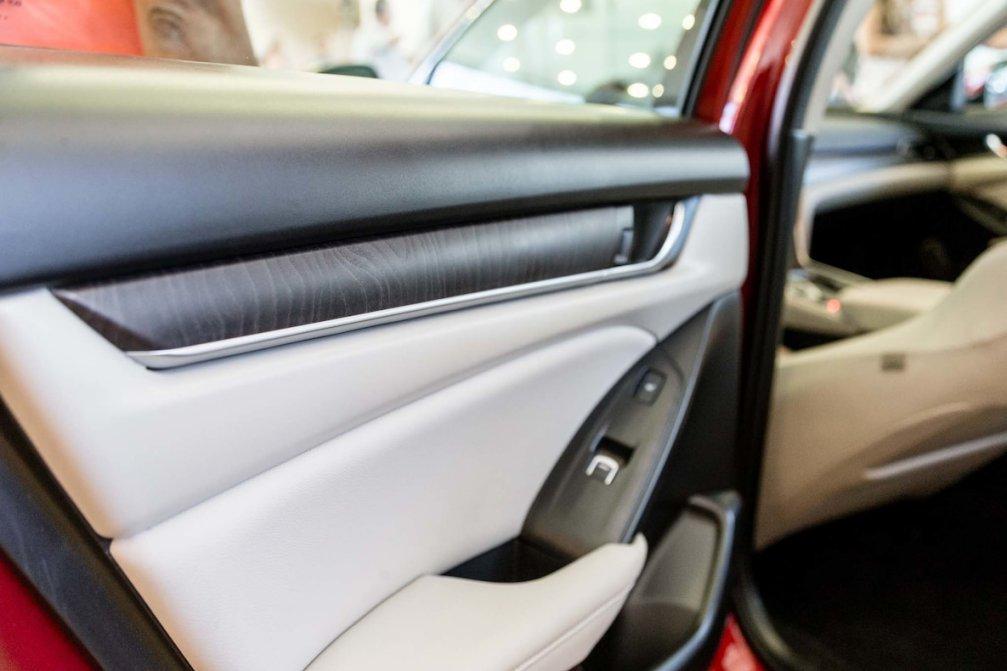 جدال سامورایی های 2018: هوندا آکورد در برابر تویوتا کمری carera.ir 2018 Honda Accord interior door panel compressed
