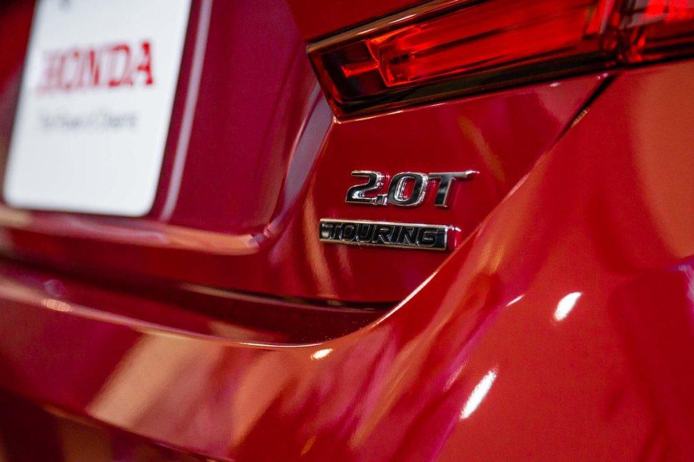 جدال سامورایی های 2018: هوندا آکورد در برابر تویوتا کمری carera.ir 2018 Honda Accord rear badge compressed