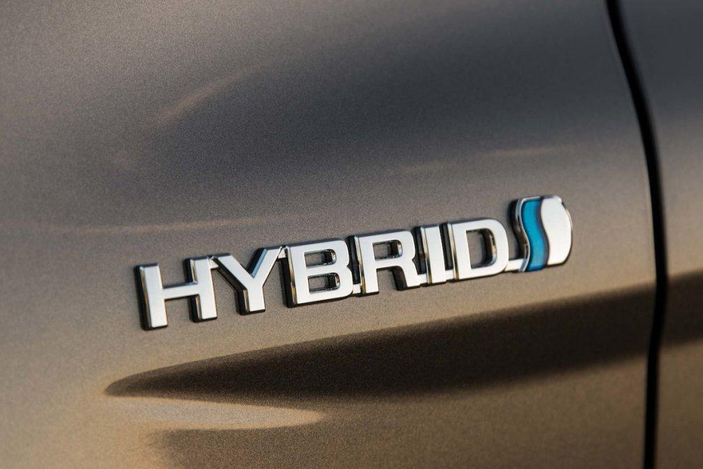 جدال سامورایی های 2018: هوندا آکورد در برابر تویوتا کمری carera.ir 2018 Toyota Camry Hybrid LE badge 02 compressed