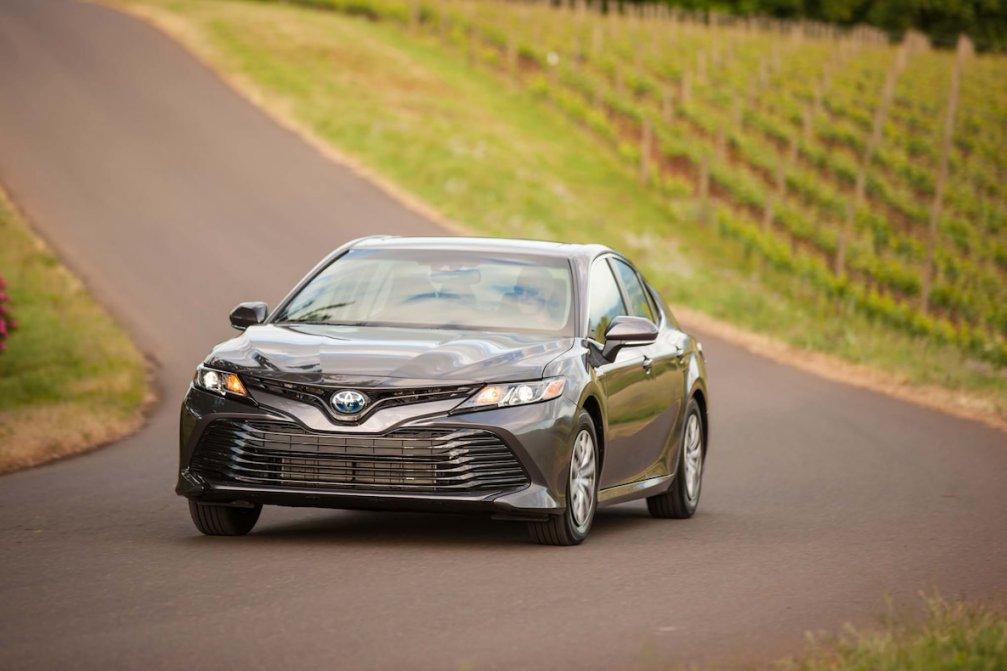 جدال سامورایی های 2018: هوندا آکورد در برابر تویوتا کمری carera.ir 2018 Toyota Camry Hybrid LE front end in motion compressed