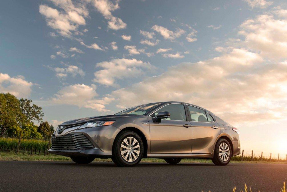 جدال سامورایی های 2018: هوندا آکورد در برابر تویوتا کمری carera.ir 2018 Toyota Camry Hybrid LE front three quarter 02 compressed