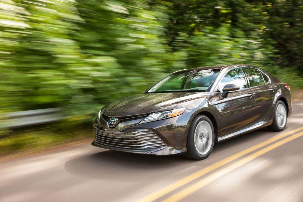 جدال سامورایی های 2018: هوندا آکورد در برابر تویوتا کمری carera.ir 2018 Toyota Camry Hybrid XLE front three quarters in motion 02 compressed