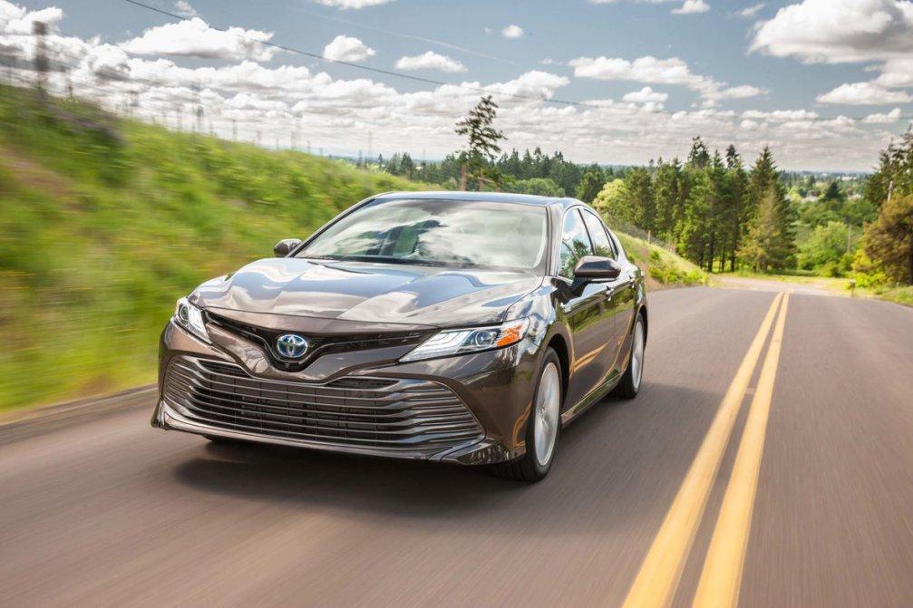 جدال سامورایی های 2018: هوندا آکورد در برابر تویوتا کمری carera.ir 2018 Toyota Camry Hybrid XLE front three quarters in motion compressed