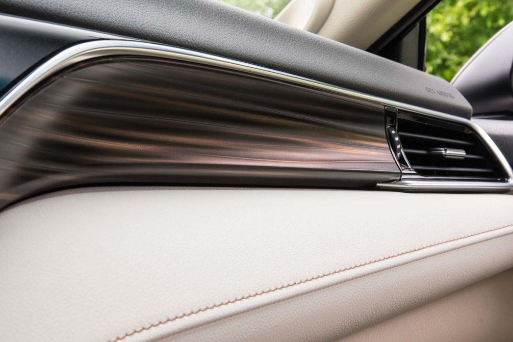جدال سامورایی های 2018: هوندا آکورد در برابر تویوتا کمری carera.ir 2018 Toyota Camry Hybrid XLE interior dashboard compressed