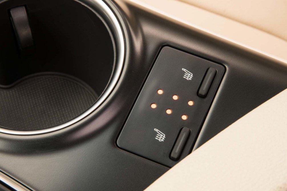 جدال سامورایی های 2018: هوندا آکورد در برابر تویوتا کمری carera.ir 2018 Toyota Camry Hybrid XLE seat warmers compressed