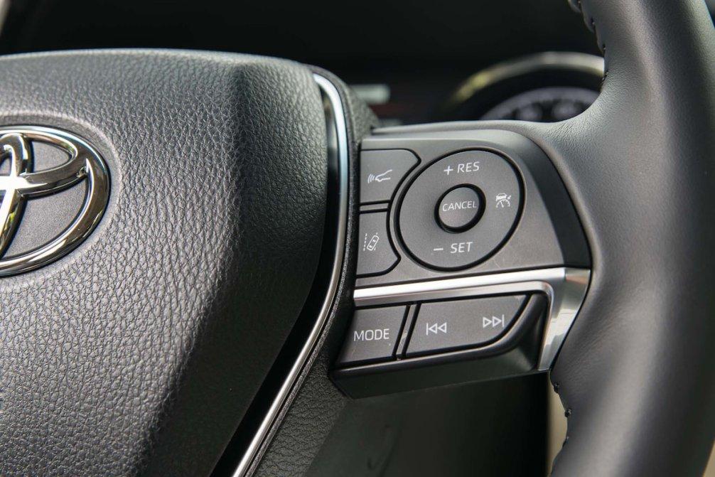 جدال سامورایی های 2018: هوندا آکورد در برابر تویوتا کمری carera.ir 2018 Toyota Camry Hybrid XLE steering wheel controls compressed