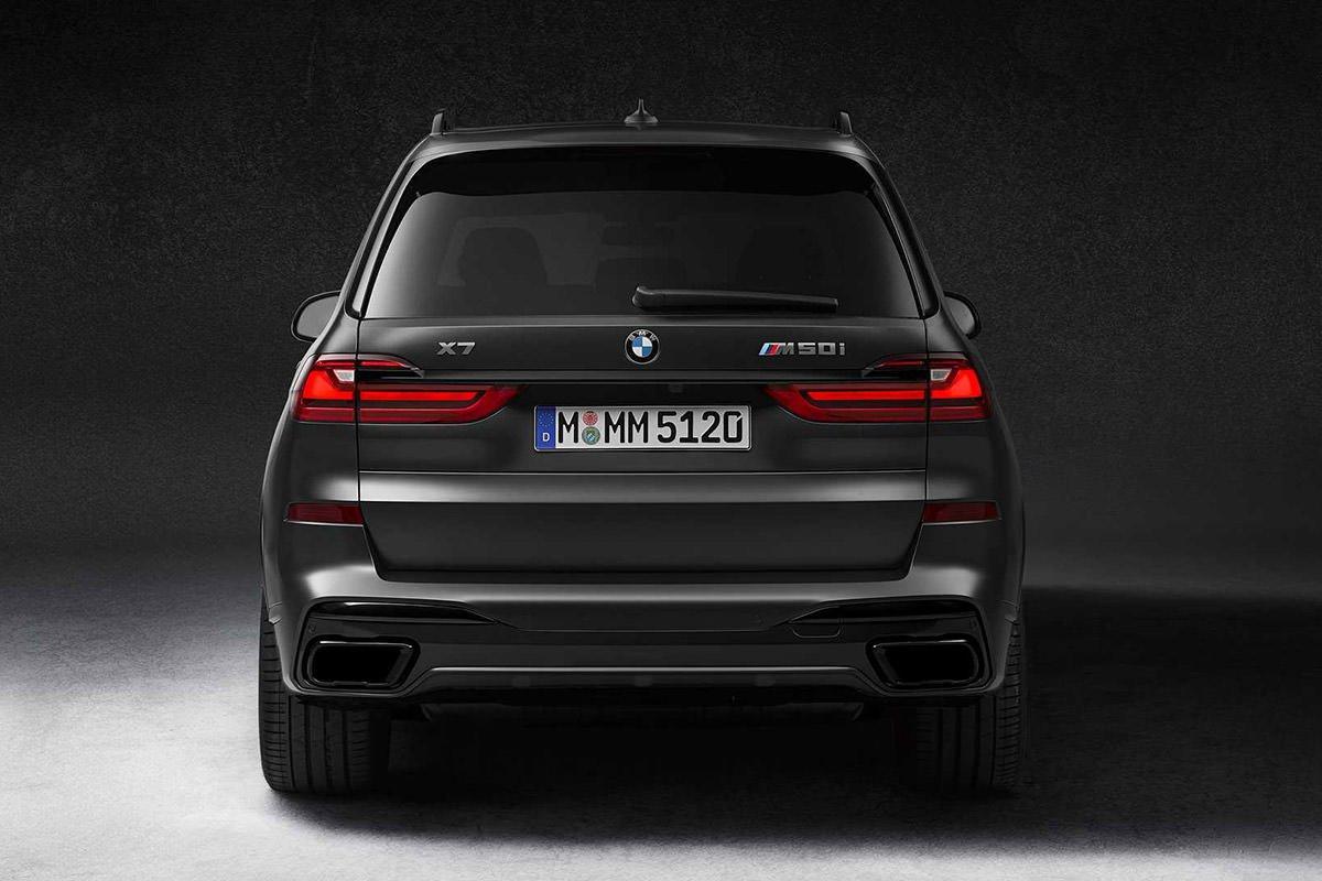 نمای عقب کراس اور / crossover بی ام و ایکس 7 نسخه دارک شادو / BMW X7 Dark Shadow Edition سیاه رنگ