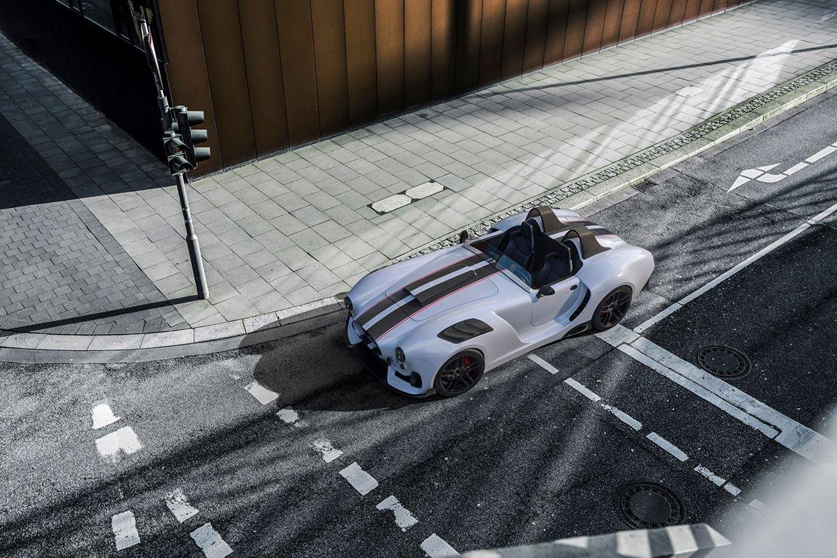 نمای بالا از خودرو نایت ویژن آر / Knight Vision R با طراحی شلبی کبرا / shelby cobra سفید رنگ در پیست